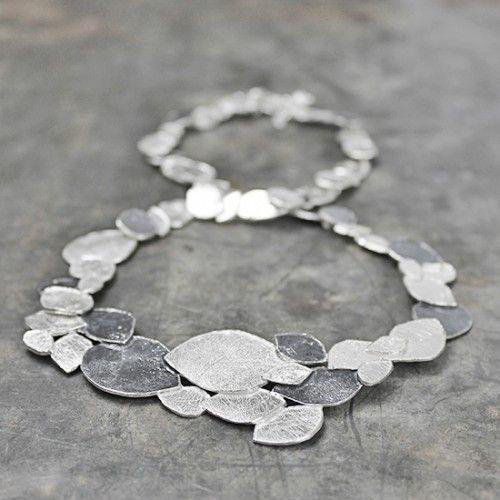 Dit collier is uit de Silver-collectie van Jeh Jewels, gemaakt van geoxideerd 925 sterling zilver. Het collier bestaat uit kleine bladvormige schakels die speels afgewisseld worden met zilver en geoxideerd zilver