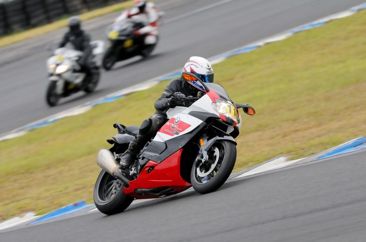 California Superbike School, Eastern Creek. (photo: Keith Muir http://www.bike-photos.com/)
