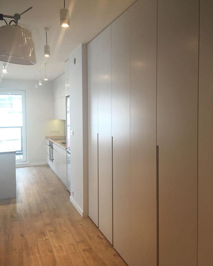 Właśnie skończyliśmy pracę nad lakierowaną szafą która ładnie wygląda w połączeniu z frezowanymi uchwytami oraz dodatkowym fornirowanym wykończeniem dębowym. Pozdrawiamy. #szafa #wardrobe #garderobe #armario #kleiderschrank #shelves #garderoba #clothes #remont #renovation #inspiration #style #decor #design #meble #furniture #dom #home #homesweethome #nowemieszkanie #instasize #photooftheday #likeit #warszawa #warsaw #polska #poland