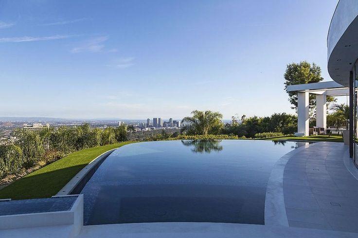 """A mansão tem 7 mil metros quadrados e piscina """"infinita"""" na área externa"""