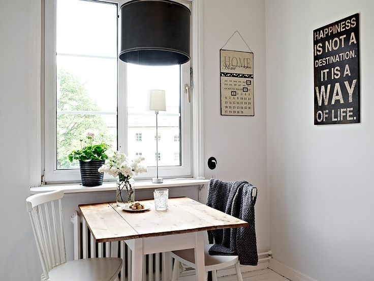 pequeo estudio decorado en blanco con contrastes