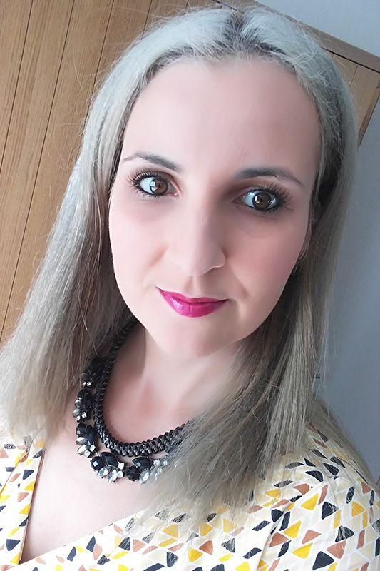 Mijn haar make-over. Ik ging van donkerbruin haar naar grijs haar! https://mamaabc.be/mijn-haar-make-over/