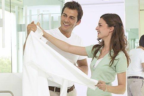 Как вернуть рубашке белизну Если пожелтела любимая белая рубашка, от души намыльте ее 72%-м хозяйственным мылом, запакуйте в полиэтиленовый пакет, чтобы не проходил воздух, и оставьте на сутки. Затем достаньте и прополощите — рубашка опять чистая и свежая.