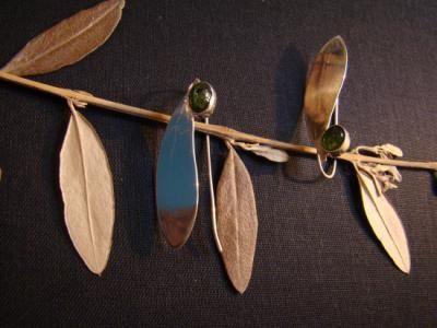 folhas de oira e turmalina brinco prata 950,folha natural de oira,turmalina verde recorte na chapa,fundição  cravação