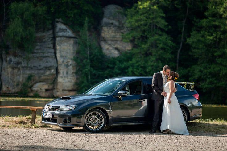 Když nám tenhle úžasný pár napsal, že jejich největším snem je vézt se k oltáři v Subaru, neodolali jsme a musel jsme se vydat za nimi. #sti