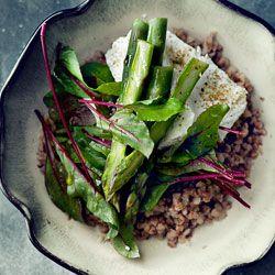 Dietetyczna sałatka nowalijkowa ze szparagami, kaszą gryczaną i białym serem  z młodymi listkami botwinki oraz oliwą truflową.