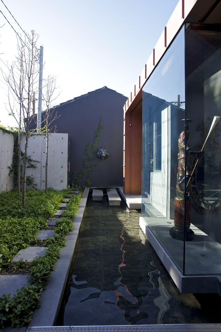 W House Entry Courtyard - Bruce Stafford Architects