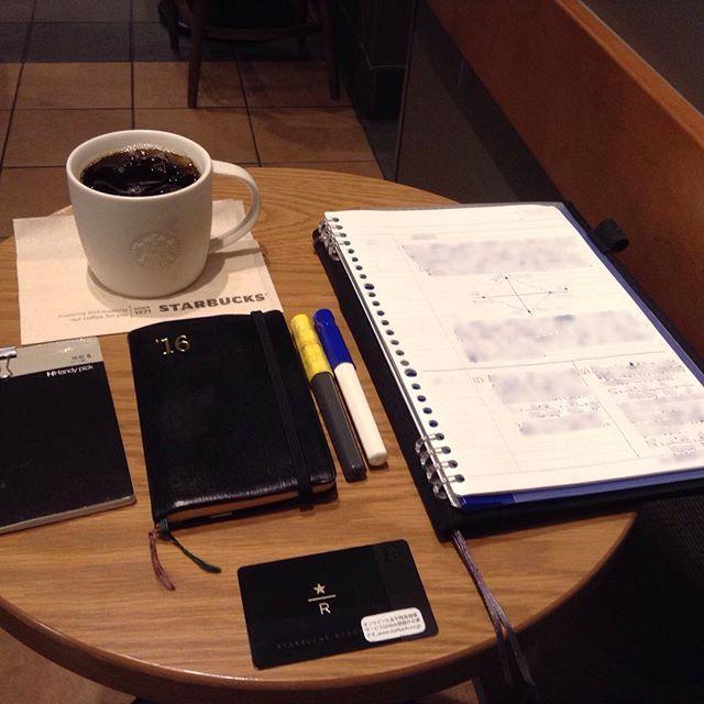 ー 2016-0727 H22_R_1 __  朝スタバと勉強postです。 青白カクノくんで、自分の勉強です。  おはようございます。 今日も天気予報は晴れ後曇りです。  昨日と同じ席で朝スタバです。  今晩は東京からの恩人に会う予定です。 どんな話が聴けるか楽しみです。  そういえば、スタバを教えてくれたのも、 その人でした。懐かしいです。  仕事も勉強も、少しずつ進めます。  あまり変化の見えない写真で ごめんなさい。  今日も安全で便利な電気が 皆様に届きますように!  #万年筆 #カクノ #勉強 #青ペン勉強法 #大人の勉強垢 #モニグラ #勉強垢さんと繋がりたい  #能率手帳 #能率手帳ゴールド #能率手帳gold #おっちゃん手帳 #手帳バンド #ノリスキン  #スタバ #スターバックス #スタバリザーブ #ドリップコーヒー 今日はGUAです。 #グアテマラアンティグア  #カフェとノート部 #カフェ勉  #文房具  ___English___  Morning Starbucks and study post. A blue-white kakuno-kun…