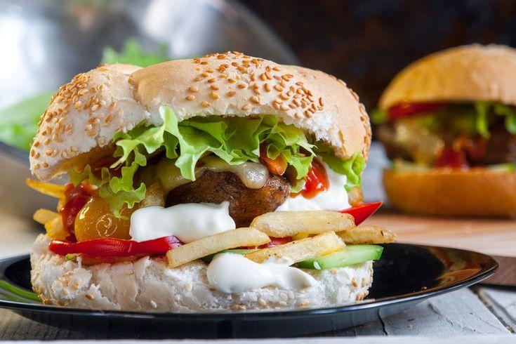 Podle zakladatelů restaurace Secret of raw, jsou burgery jedněmi znejoblíbenějších rostlinných jídel. Ačkoliv jsou poměrně složitější na přípravu, výsledek rozhodně stojí za to. Odměnou se stane jídlo skvělé chuti a krásného vzhledu. Vyzkoušejte a udělejte si vlastní názor. Použijte kpřípravě rostlinného burgeru výrobky řady Green Apotheke, které najdete nejen vnašem e-shopu, ale i ve vybraných
