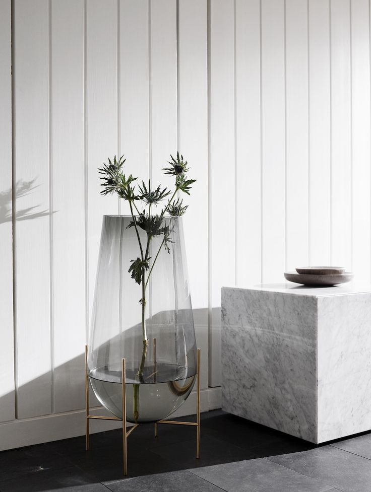 MENU   Échasse Vase and the whie Cubic Plinth