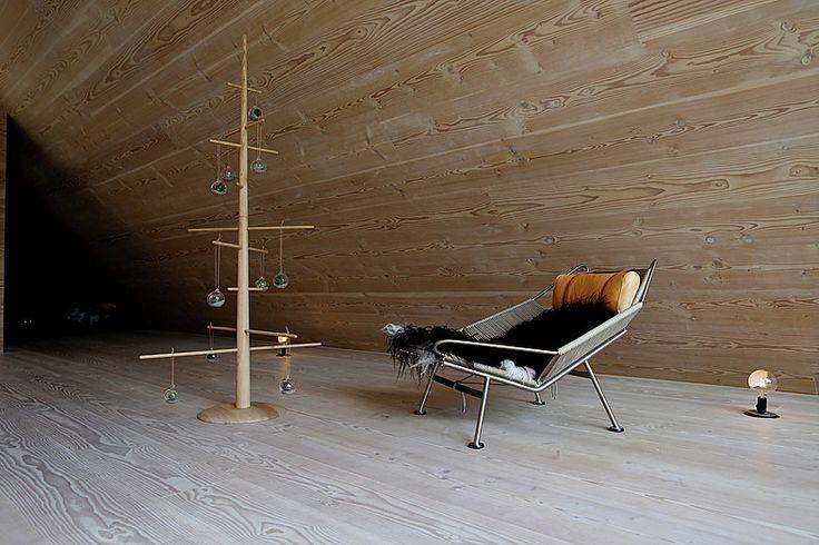 Dansk designet multimøbel som er stumtjener, juletræ og sofamøbel i et. Her som juletræ. 2 meter højt i eg. #sustainable #christmastree #bæredygtigt #juletræ #alternativtjuletræ #danishdesign