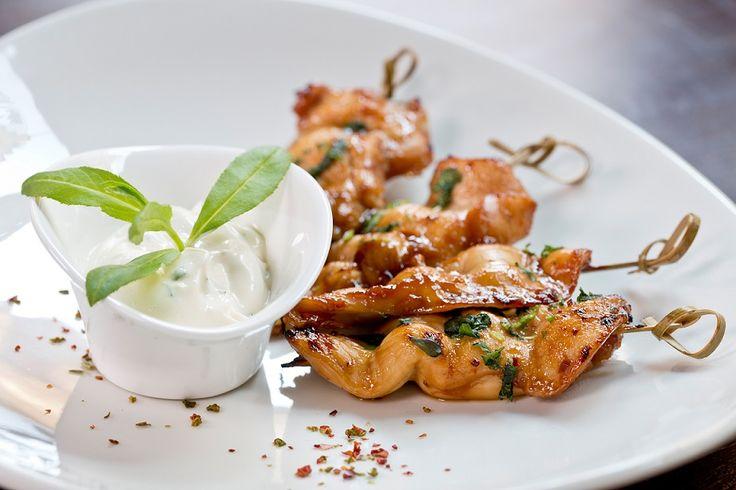 Il pollo è uno degli ingredienti più versatili della cucina. Oltre ad essere apprezzato da tutti, grandi e piccini, consente di realizzare ricette gustose a basso costo. Quindi perchè limitarsi a consumarlo grigliato con una spruzzata di limone, quando si possono avere dei deliziosi spiedini di poll