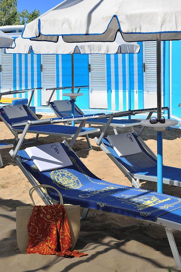 Pochi passi, tanto sole e servizi utili per rilassarsi nella spiaggia dedicata agli ospiti dell'Hotel Clipper!