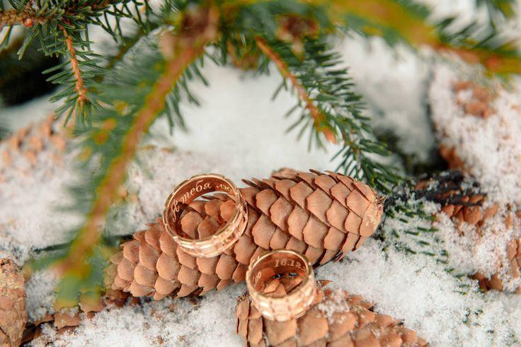 Обручальные кольца жениха и невесты с гравировкой. Зимняя свадьба. Свадьба зимой. Фото: Ангелина Нусина. Школа свадебных идей https://vk.com/millionwedding.