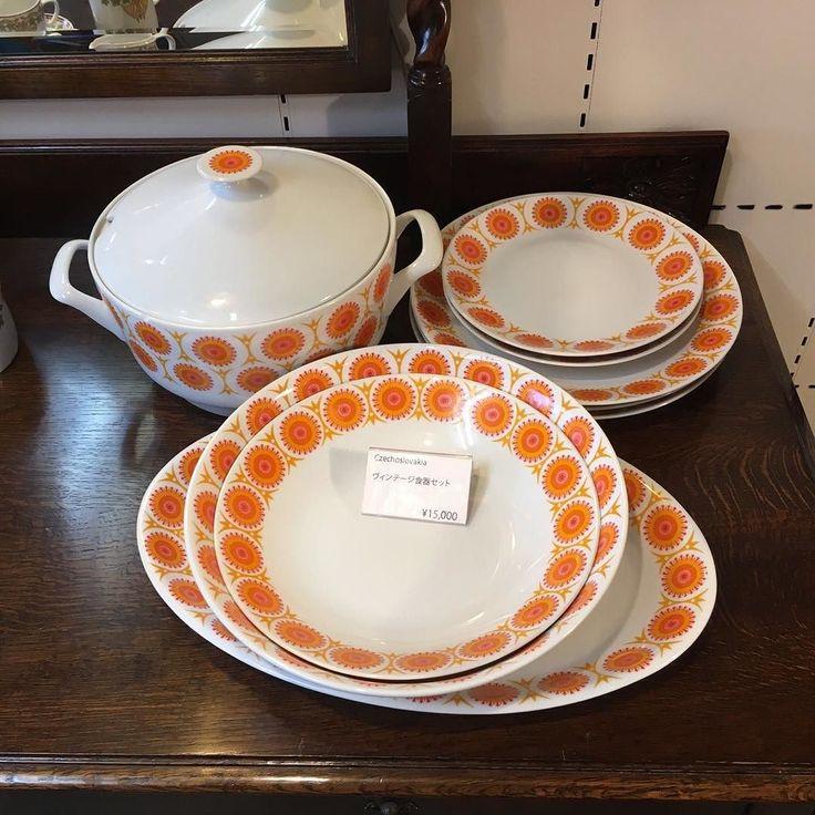 今日も目黒通り店からこんばんはいつもありがとうございます旧チェコスロバキア製のビンテージ食器セットのご紹介ですメーカー不明ですがオレンジの色彩と可愛らしいデザインが特徴的です美品で状態もいいですし少し大きめの食器をお探しの方いかがでしょうか     #目黒通り #都島本通り #インテリア #rocca #六家道具商店 #izuya #interior #furniture #vintagefuniture #antiqfurniture #雑貨 #家具  #食器 #ビンテージ #チェコスロバキア #Czechoslovakia