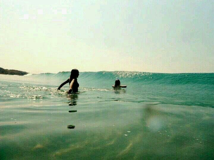 Gente achei essa foto! Eu sou a do fundo,foi treta com a onda e quase me afoguei😂😂😂