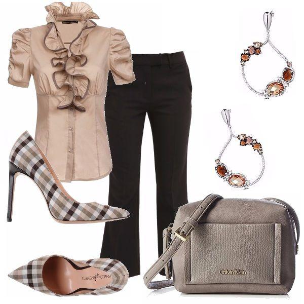 Un outfit pensato per una giornata in ufficio: pantalone nero 7/8 abbinato ad una camicetta con jaboux. Particolare il décolletè in una fantasia quadrettata. Tracolla in pelle tortora, orecchini a cerchio con pietre dure in tinta.