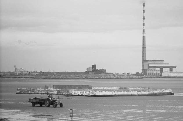 Poolbeg Chimney Ringsend Dublin Ireland Viewed From Sandymount Strand Only One Chimney Built At This Time Old Photos Dublin Ireland Dublin