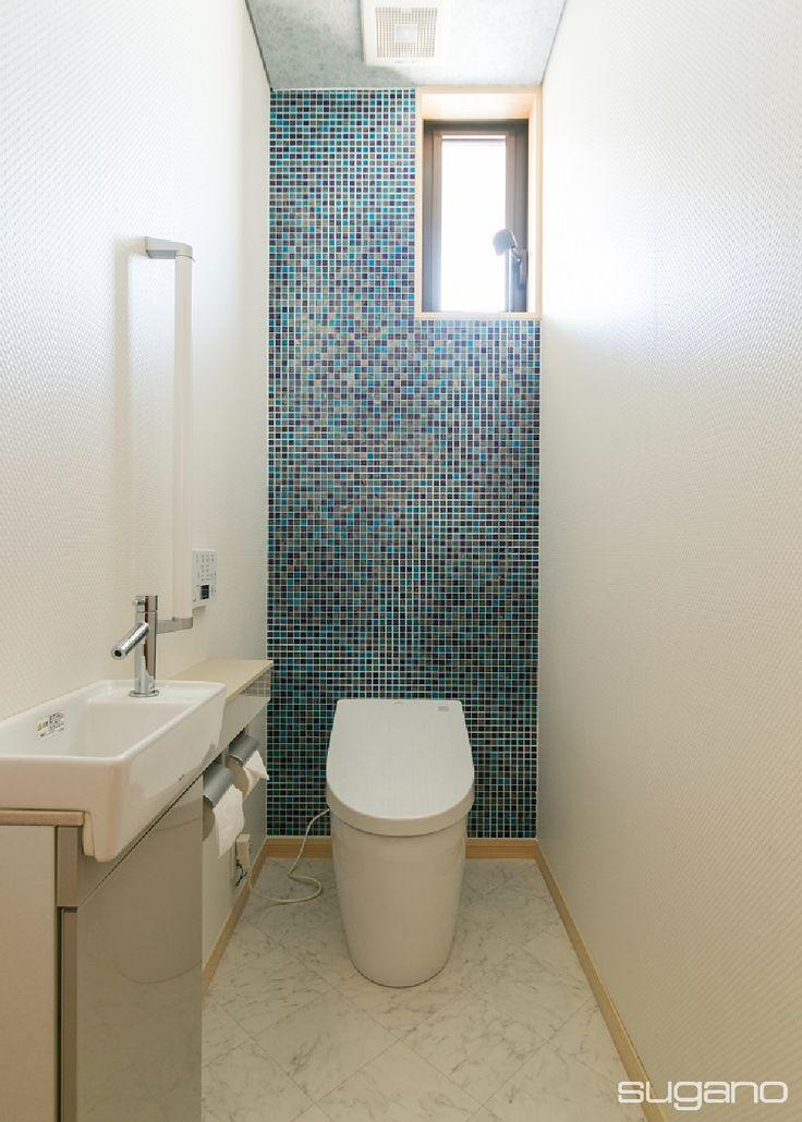 青系のガラスモザイクタイルをランダムに貼ったトイレ。床は大理石調の塩ビシート、床は銀色のクロスです。 #住宅 #トイレ #ガラスモザイクタイル #トイレインテリア #家づくり #新築住宅 #木造住宅 #新築 #ネオレスト #設計事務所 #菅野企画設計