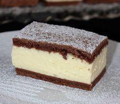 Ez a sütemény egyszerűen elkészíthető, és szerintem még az ünnepi asztalon is megállja a helyét. A két tészta között lévő pudingos-tejfölös...