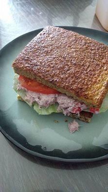 Broccolibrood met salade, tomaat en tonijnsla, een heerlijk alternatief voor brood.. en je kan er beleg naar keuze bij doen!