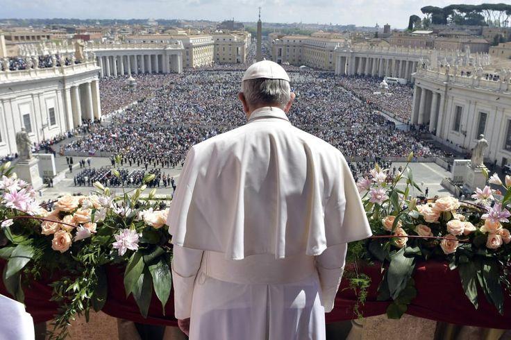 Paavi kuvattu takaa, edustalla sanankuulijoiden joukko Pietarinaukiolla.