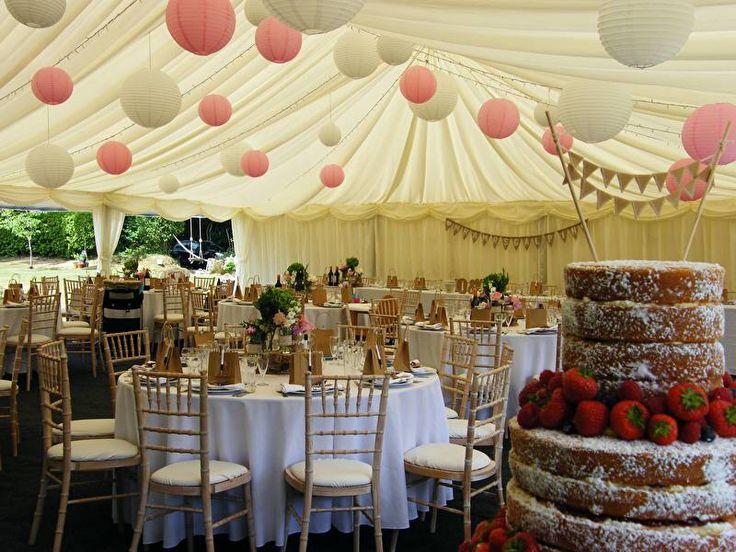 Veel gebruikte combinatie van kleuren is lampionnen in het wit en roze.  Paper lanterns in pink and white. Wedding Ideas, bruiloftsversiering, huwelijk ideeën, trouw inspiratie, lanternes, lampion en papier Bohemian wedding #lampion #paperlanterns #wedding #weddingideas #trouwen #events #eventdesign #styling #decoratie #feest #love #tent #party #aankleding #breda @lampionlampionnen.nl
