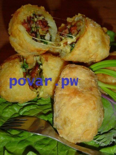 Картофель с начинкой  Картофель, всеми любимый, а с начиночкой - просто вкуснейший, с хрустящей корочкой.... Вкусивший его, захочет вкусить картофель много-много раз!  Картофель — 6 шт Лук репчатый — 1 шт Петрушкa (по вкусу) Ветчина — 150 г Масло сливочное — 1 ст. л. Соль (по вкусу) Перец черный (молотый, по вкусу) Перец чили (молотый, по вкусу) Сыр твeрдый (тертый) — 50 г Мукa пшеничная — 1 ст. л. Яйцо куриное — 1 шт Лук зелeный (по вкусу)  Способ приготовления:  1.Картофель помыть и…