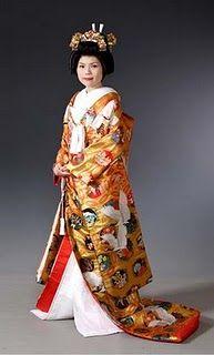 Uchikake: Es una parte del traje nupcial. Tiene las mangas largas y está muy adornado con colores muy brillantes y con motivos generalmente de grullas, pinos, agua que fluye y flores. Está confeccionado con seda de alta calidad. Se usa encima del shiromuku como una capa y sin obi (faja a la altura de la cintura).