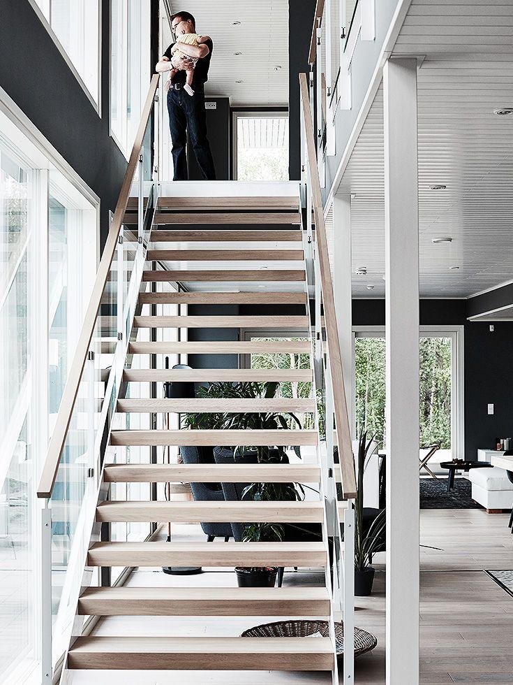 Casa escandinava en blanco y negro con toques de color cobrizo
