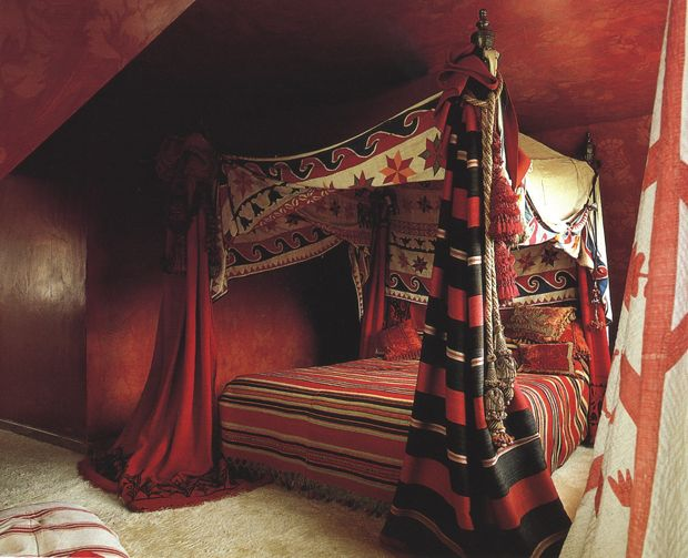 interiors round up 6 canopy bed ideas - Maroon Canopy Design