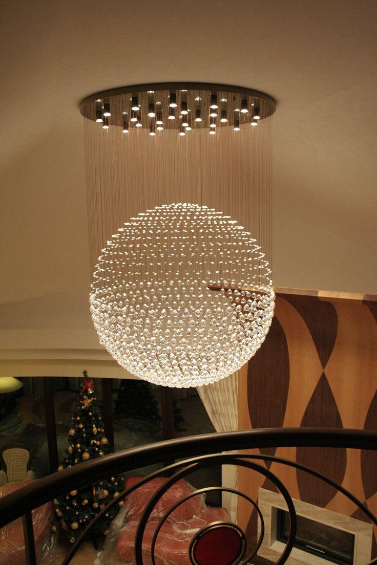 Piękna kryształowa kula o średnicy 140cm. Nowoczesne oświetlenie w rezydencji. #oświetlenie #kryształowa kula #oświetlenie #interior #wystrój wnętrz