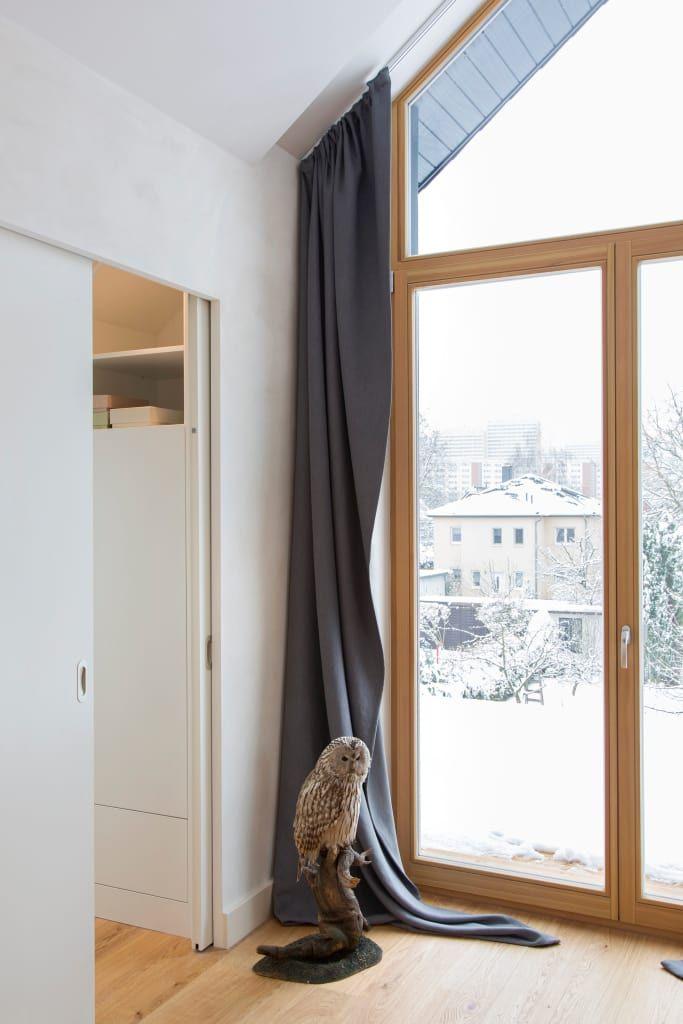 Giebelfenster mit angefertigtem vorhang im schlafzimmer