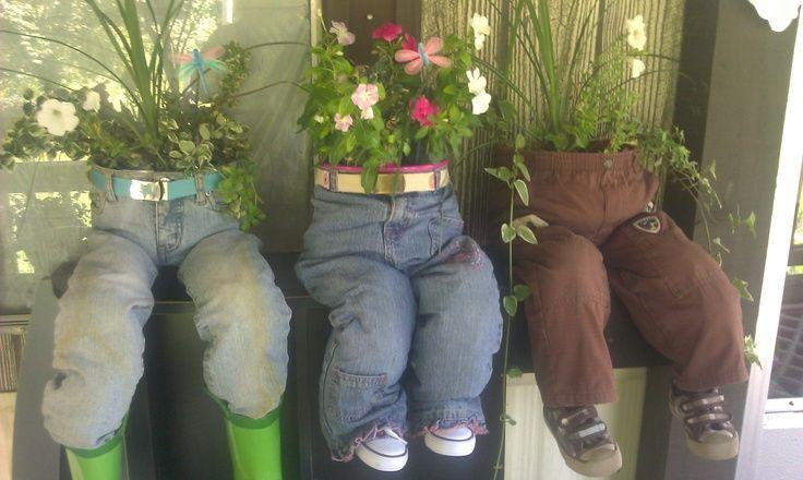 Eine tolle Idee für den Garten. Ihr braucht eine alte Hose die ihr mit Petflaschen ausstopft. Klebt die Flaschen so zusammen, dass sie nicht aus der Hose hinausfallen können. Danach stellt ihr einen Blumentopf hinein. Quelle: https://www.pinterest.com/pin/547257792190552687/