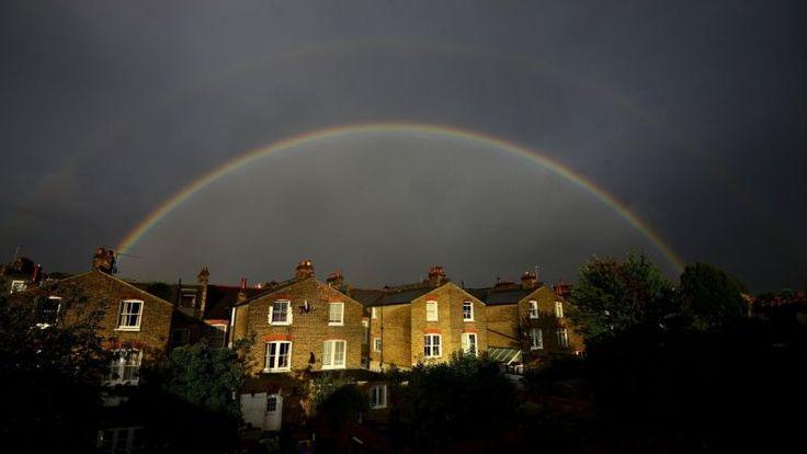 Dvojitá dúha nad radom terasových domov v Clapham, južný Londýn (Anglicko)