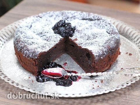 Fotorecept: Čokoládová torta bez múky -  Nad parou roztopíme maslo s čokoládou..  Medzitým vyšľaháme vajcia s medom..  Pridáme kakao...