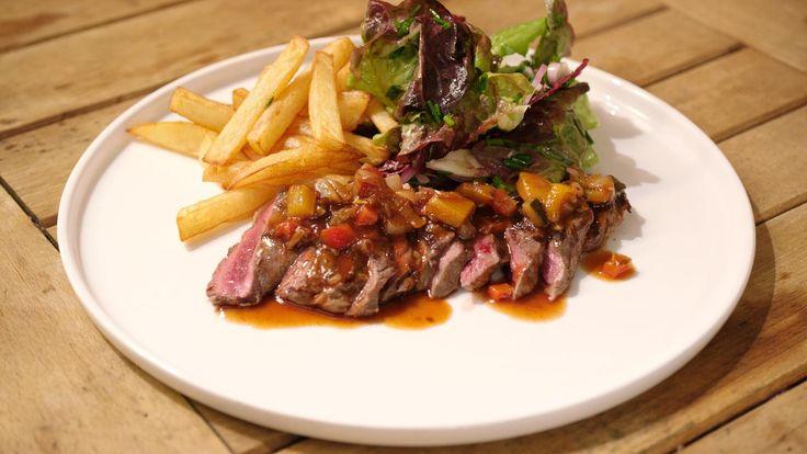 Entrecote komt uit het zadel of de rug van de koe. Je kunt het op verschillende manieren klaarmaken, bijvoorbeeld met een zuiderse groentesaus en – natuurlijk! – frieten.