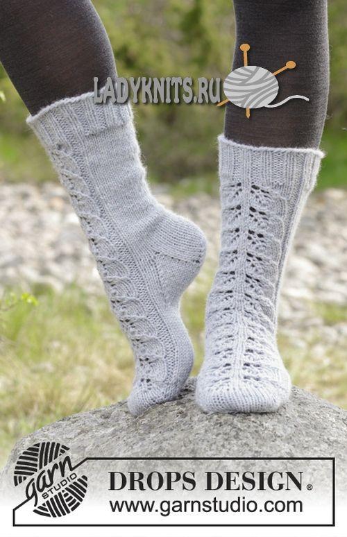 Вязаные спицами носки с ажурными листьями