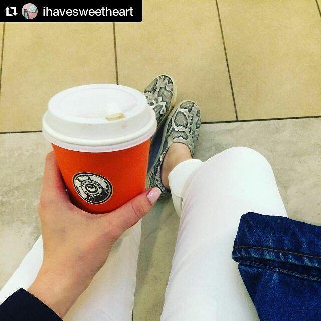 Traveler's Coffee Aura хороший друг для шопинга. За фото спасибо @ihavesweetheart #latteart #coffee #travelerscoffee #travelerscoffeeaura  #yar #yaroslavl #ярославль #кофе #трава #latte #лате #латте #barista #coffeday #coffeeart #latteart #aurayar #Chemex #chemex #кемекс #alternative #coffeealternative http://ift.tt/1U25kLY