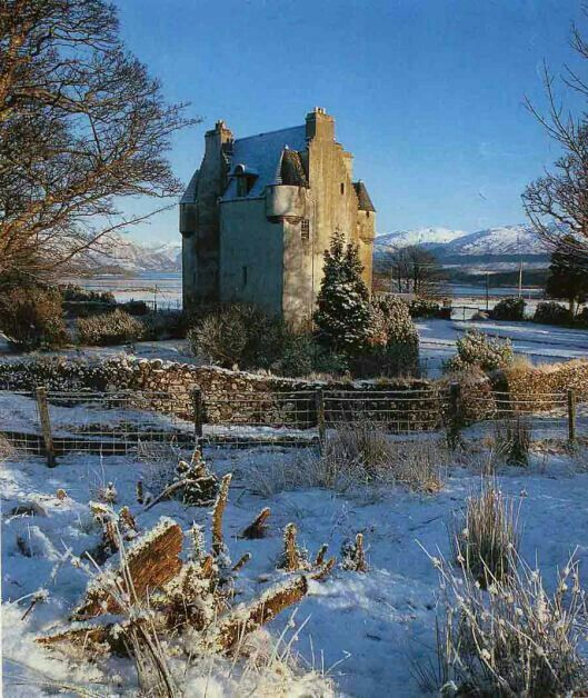 Barcaldine Castle is a 17th century castle tower house located in Barcaldine near Oban, Scotland. The castle was built by Sir Duncan Campbell of Glenorchy between 1601 and 1609 by Sir Duncan Campbell of Glenorchy. The castle was an integral part of Glencoe's massacre, for Glencoe's Macian was arrested here for 24 hours in a plot to prevent him from blaming the sworn allegiance to William III in the given time.