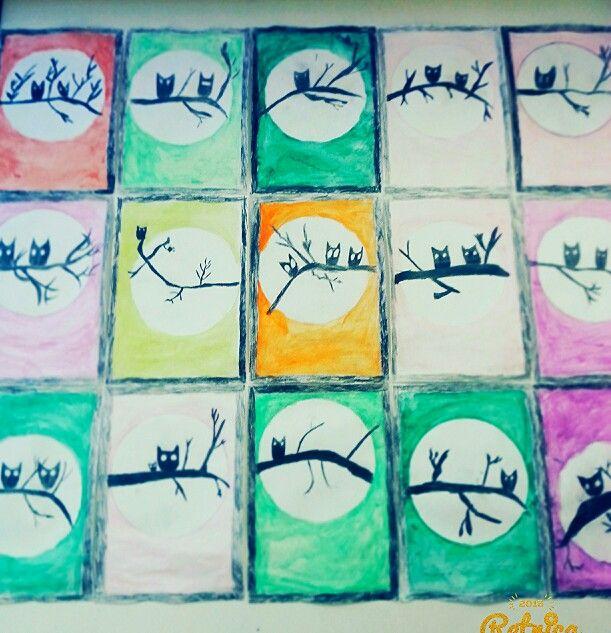 Pöllöt. Kehykset mitattu ja piirretty viivoittimen avulla, väritetty lopuksi mustaksi puuväreillä. Ympyrä tehty lautasen avulla. Oksa ja pöllöt piirretty + väritetty mustalla puuvärillä.  Tausta väritetty laveerattavilla puuväreillä + laveerattu puhtaalla vedellä. kuvis syksy 3.lk AHP