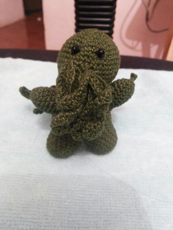 Cthulhu crochet, personaje de  la mitología de Lovercraft.  Patrón tomado de https://ruralrebellion.wordpress.com/2012/08/10/free-pattern-friday-cthulhu/