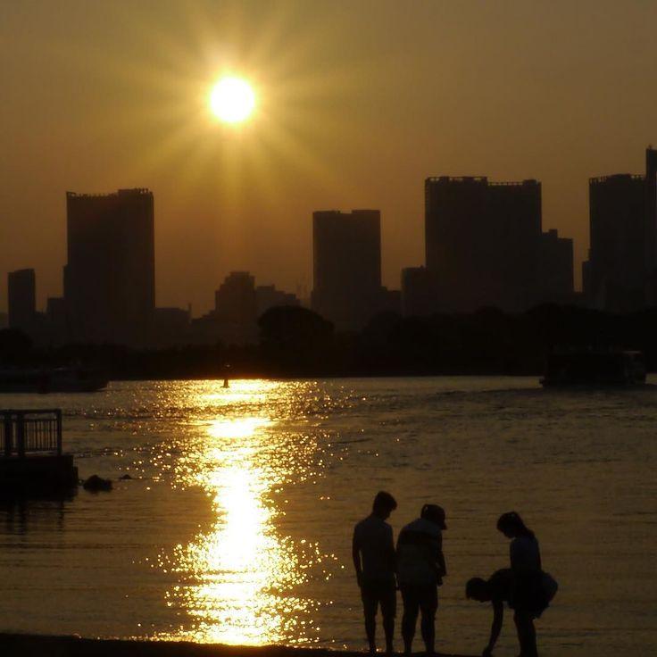 今日も暑かった お疲れ様でしたー 明日もがんばろ #お台場海浜公園 #お台場 #ベイエリア #東京 #サンセット #サンセットビーチ #ビーチ #海 #レインボーブリッジ  #odaiba #odaibaseasidepark #tokyo #japan #sunsets #wedingphoto #beach #sea #rainbowbridge