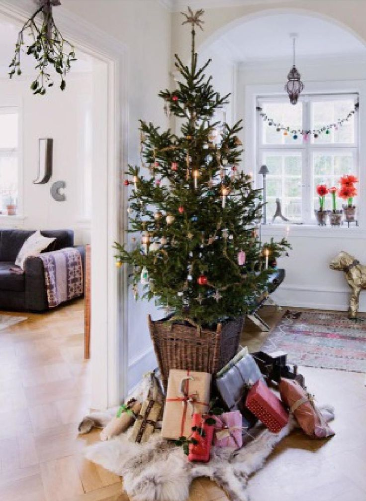 Arbolito natural en un ambiente minimalista #ClippedOnIssuu from Nordic Design Christmas Magazine 2012
