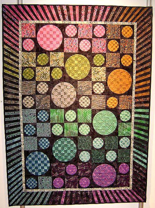 Linnea Hassing-Nielsen har syet det flotte tæppe med farvecirkler i perspektiv, med en helt ualmindelig spændende quiltning og ramme. Maskinsyet og håndquiltet. Maj 2010
