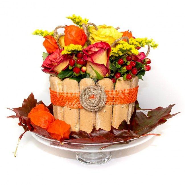 Tort cu flori de toamna, un design unic in nuante de portcaliu si galben. Aranjamentul floral este incadrat de piscoturi pentru un aspect cat mai verific.