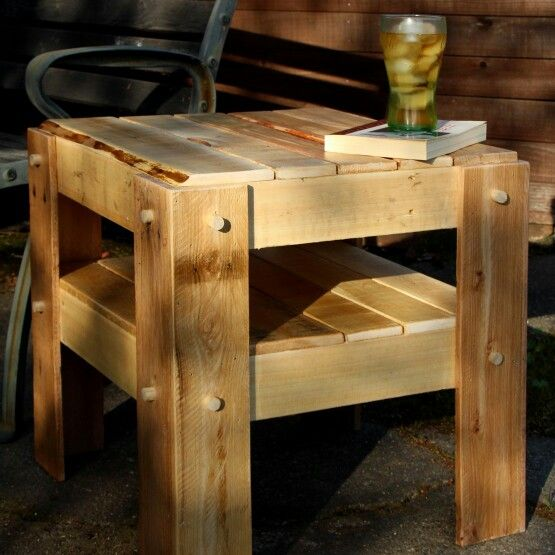 Diy rustic side table made from pallets so easy you can for Diy rustic end tables