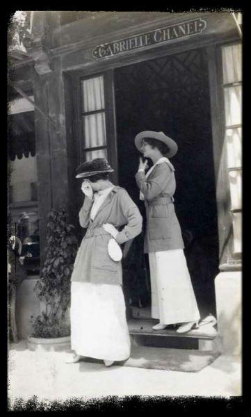 Coco Chanel impuso su estilo propio estilo y se apartó de los cánones de la moda de su tiempo ya que apostó por prendas sencillas, líneas rectas y con un toque de  distinción. En su innovador estilo realizó faldas plisadas, el vestido corto negro (la petite robe noire), los trajes de tweed y las perlas se convirtieron en un complemento imprescindible para cualquier look.