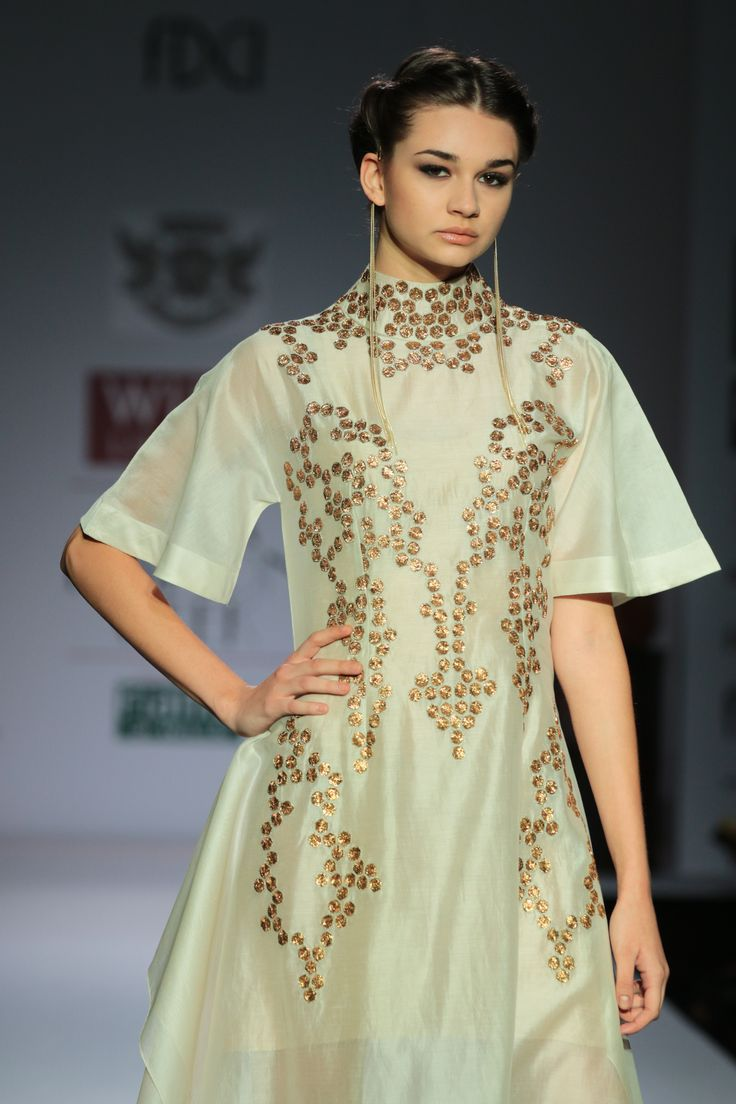 #wifw #wifwaw14 #fdci #wilfw #SamantChauhan #Rajputana #indianheritage #rajasthan #white #ivory #dress #sleeves #gold #haido #updo #accessories #earings #sheer