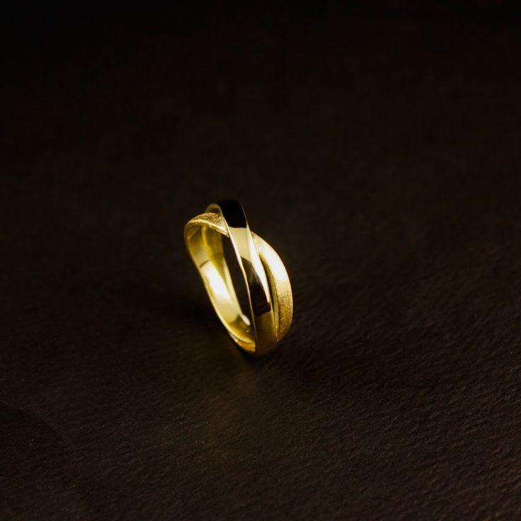 Gouden herinneringsring, vervaardigd van de helft van 2 Trouwringen en de zegelring van vader. #goudsmidmetpassie #herinneringen #Moissaniet #omdatikvanjehou #designsieraden #rouwsieraden